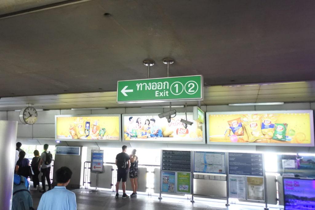 サパーンタクシン駅出口方面
